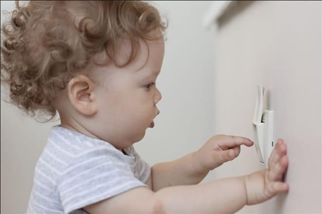 Niño enchufe seguridad en el hogar