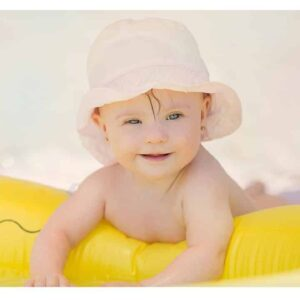 riesgos-de-nadar-con-bebes-piscina-playa evita insolación infantil Tapasol para auto